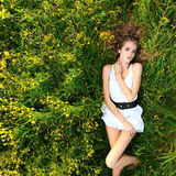 łgarska dziewczyny łąka Fotografia Royalty Free