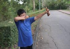 Łobuz chłopiec celuje cel fotografia royalty free