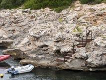 Łodzi kotwica w małej zatoce w Menorca Zdjęcia Stock