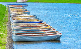 Łodzi marina oceanu rzeczna denna trawa, rybi połowu lata brzeg macha Zdjęcia Royalty Free