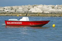 Łodzi motorowa ratownicza usługa cumował w morzu w lecie zdjęcia stock