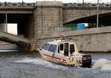 Łodzi ratunkowych emergencies Rosyjski ministerstwo rusza się na Moskwa rzece obraz stock