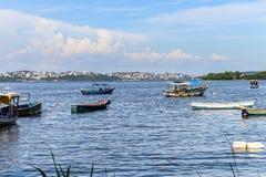 Łodzi łodzi rybackich rybaków słonecznego dnia morze, halny Błękitny denny morze i drzewa Fotografia Royalty Free