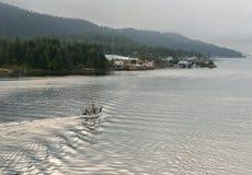 Łodzi rybackiej żeglowanie wewnątrz ukrywać w Alaska miasteczku Zdjęcie Stock