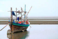 Łodzi rybackiej czekanie dla przypływu Fotografia Royalty Free