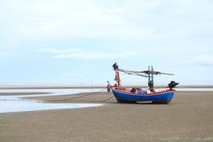 Łodzi rybackiej czekanie dla przypływu Zdjęcie Royalty Free