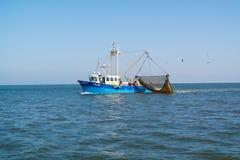 Łodzi rybackiej lub garneli trawlera połów na Waddensea, holandie Obraz Stock
