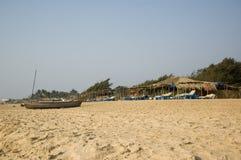 Łodzi rybackiej pozycja na plaży w Goa na gorącym słonecznym dniu obrazy royalty free