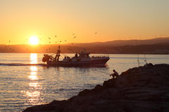 Łodzi rybackiej przybycia plecy dom Obrazy Royalty Free