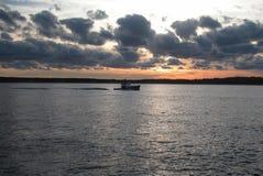 Łodzi rybackiej przybycie wewnątrz od dnia Zdjęcie Royalty Free