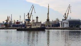 Łodzi wybrzeże opuszcza port zbiory