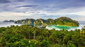 łodzi wyspy krajobrazu magiczny phi wschód słońca tajlandzki Thailand fotografia stock