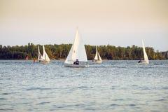 Łodzie żegluje w regatta w opóźnionym wieczór fotografia stock