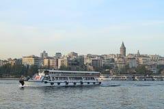 Łodzie żegluje Złotej róg zatoki w Istanbuł fotografia royalty free
