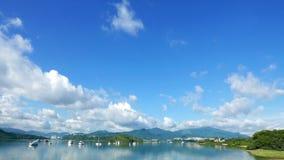 Łodzie, chmury, jezioro i niebieskie niebo z odbiciem, ocieniają Obrazy Stock