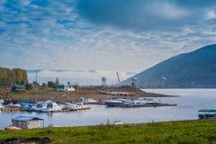 Łodzie cumować bank Yenisei rzeka w Syberia Rosja Fotografia Royalty Free