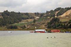 Łodzie cumować drewniany dok przy jeziornym Tota zdjęcie royalty free