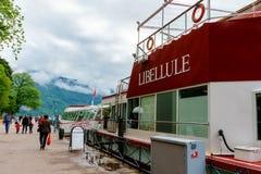 Łodzie cumować wzdłuż Jeziornego Annecy zdjęcie royalty free
