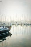 Łodzie cumowali podczas zwartej mgły w marina przy Lagos, Algarve, Obrazy Royalty Free