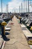 Łodzie cumowali w marina Pescara i Ferris koła backg Obraz Stock