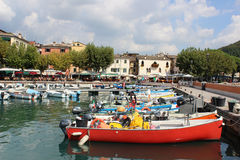 Łodzie cumowali w schronieniu przy Gardą na Jeziornym Gardzie Włochy Obrazy Stock