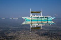 Łodzie czeka turystów podróżować między wyspami Filipiny zdjęcie stock