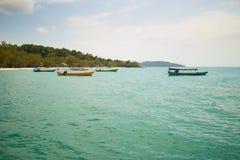 Łodzie Dokować przy Koh Rong wyspą zdjęcie royalty free
