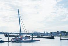 Łodzie dokowali przy marina los angeles baza Na tle - Le Crapaud i Regensburg rujnujemy Lorient, Brittany zdjęcie stock