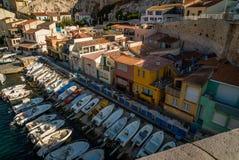 Łodzie i barwiący domy w Marseille Zdjęcia Stock