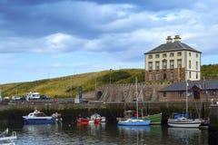 Łodzie i domy w Eyemouth, stary połowu miasteczko w Szkocja, UK 07 08 2015 Fotografia Royalty Free