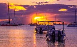 Łodzie i gul w pięknym spokojnym zmierzchu przy karaibską plażą Obraz Stock