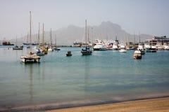 Łodzie i jachty przy Mindelo plażą Fotografia Royalty Free