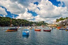Łodzie i jachty przy rzecznym schronieniem w Fowey, UK fotografia stock