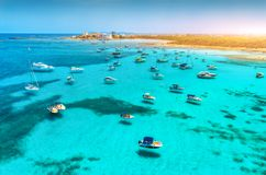 Łodzie i luksusów jachty w przejrzystym morzu przy zmierzchem fotografia stock