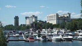 Łodzie i mali jachty cumowali przy marina zbiory wideo