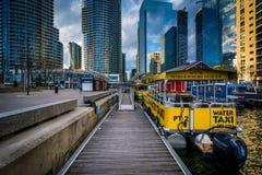 Łodzie i nowożytni budynki przy Harbourfront w Toronto, Ontar Fotografia Stock