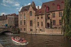 Łodzie i starzy budynki na kanałowym ` s ostrzą przy Bruges Obrazy Royalty Free