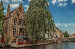 Łodzie i starzy budynki na kanałowym ` s ostrzą przy Bruges Fotografia Stock