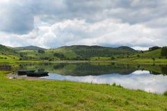 Łodzie i wciąż nawadniają Watendlath Tarn Jeziorny Gromadzki Cumbria Anglia UK Obrazy Royalty Free