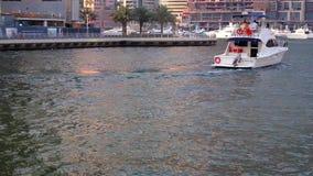 Łodzie jadą na zatoce przy zmierzchem w Dubaj zdjęcie wideo