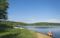 Łodzie jeziorem w gorącym letnim dniu Obrazy Stock