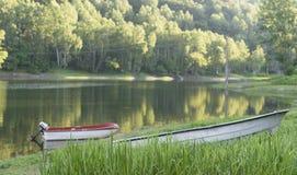 Łodzie jeziorem w gorącym letnim dniu Obraz Royalty Free