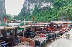 Łodzie konserwują widzieć parking przy schronieniem w niespodziance Zawalać się Śpiewaną pijus jamę, Wietnam Zdjęcie Stock