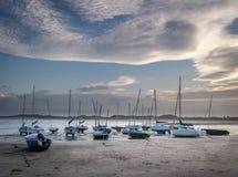 Łodzie lub jachty cumujący na plaży zdjęcia stock