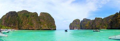 Łodzie motorowa blisko majowie zatoki, Tajlandia obrazy royalty free