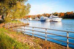 Łodzie motorowa na tle piękny naturalny krajobraz Fotografia Royalty Free