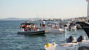 Łodzie na łódkowatym doku w rozłamu zbiory