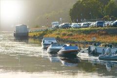Łodzie na bankach Elbe rzeka w Wehlen zdjęcia stock