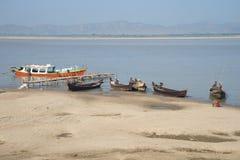Łodzie na bankach Irrawaddy rzeka Bagan Myanmar zdjęcia royalty free