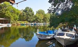 Łodzie na bankach Ropotamo rzeczny spływanie w Czarnego morze fotografia royalty free